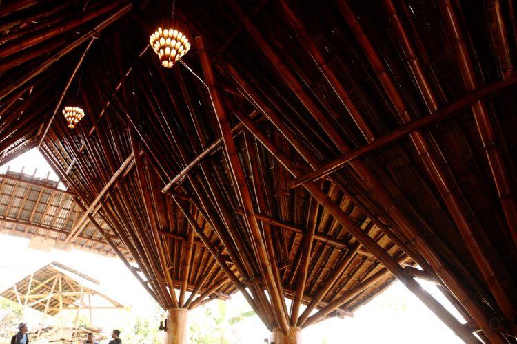 Keunikan bangunan terletak pada bagian atap yang terinspirasi dari jengger atau jambul ayam.