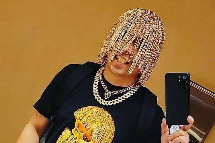 Rapper Dan Sur menjadi sensasi internet setelah memamerkan rantai emas yang diklaim tanamkannya di berbagai outlet media sosialnya.