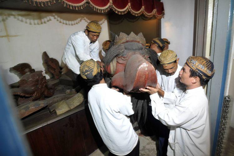 Petugas mengangkat Canthik Kiai Rajamala saat melakukan persiapan ritual jamasan (membersihkan) di Museum Radyapustaka, Solo, Jawa Tengah, Jumat (16/1/2009). Hiasan depan perahu yang telah tersimpan 108 tahun di museum ini akan dijamas pada Minggu (18/1.2009).