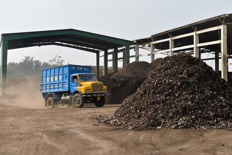 Truk pengangkut sampah di India.