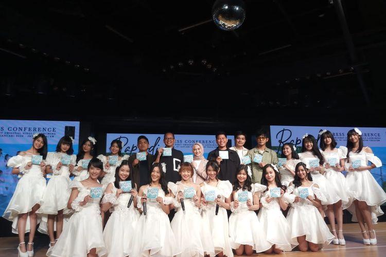 Sesi foto bersama personel JKT48, para pencipta lagu, dan koreografer yang terlibat dalam proses penggarapan tembang Rapsodi grup idola JKT48 di kawasan Sudirman, Jakarta Pusat, Rabu (22/1/2020).