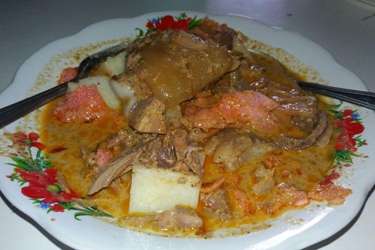 Lontong tunjang di Bengkulu dibaluri dengan kuah santan kental, kerupuk merah dan tunjang sapi. Rasa lontong ini begitu gurih dan nikmat. Paduan lontong akan semakin seru saat ditambah dengan minuman teh telur.