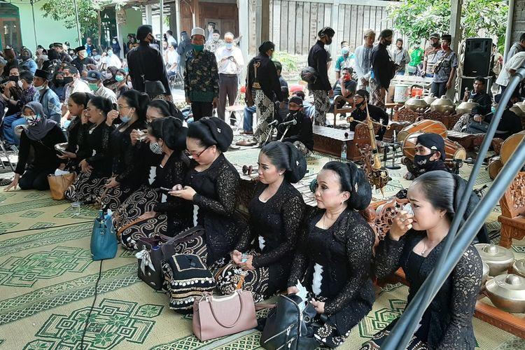 Sinden Mengusap Air Mata Saat akan Menyanyikan Gending Jawa dalam Prosesi Penghormatan Terakhir di Rumah Duka Seno Nugroho di Sedayu Bantul Rabu (4/11/2020)