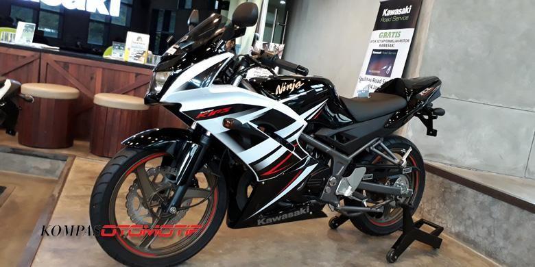 Kawasaki Ninja 2-tak RR 150 dipajang di diler Surapita Unitrans, Surabaya. Motor ini sekarang menjadi barang langka.