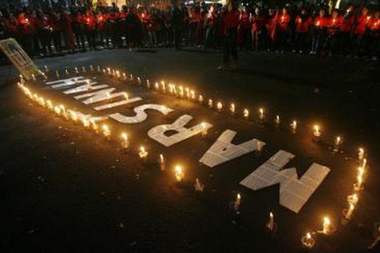 Sejumlah buruh anggota Konfederasi Kongres Aliansi Serikat Buruh Indonesia (KASBI) Cimahi menggelar aksi mengenang 22 tahun Marsinah tewas di depan Gedung Sate, Bandung, Jawa Barat, Jumat (8/5/2015). Sampai saat ini, kasus Marsinah, buruh pabrik di Sidoarjo, Jawa Timur, yang hilang dan ditemukan tewas pada 8 Mei 1993 akibat berjuang menuntut hak para buruh, belum juga diungkap tuntas.
