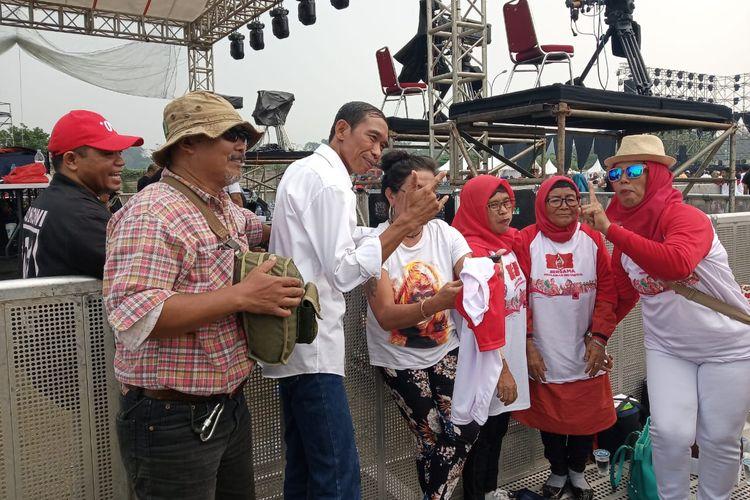 Jokowi KW diserbu warga yang datang ke acara Visi Indonesia di Sentul International Convention Center (SICC) Bogor, Jawa Barat, Minggu (14/7/2019).