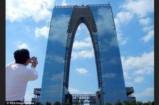 Makin Konyol... Desain Gedung di China Ini Mirip Celana Panjang!