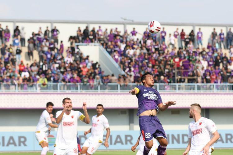 Bek Persita Tangerang, Hamka Hamzah, mencoba menyundul bola.