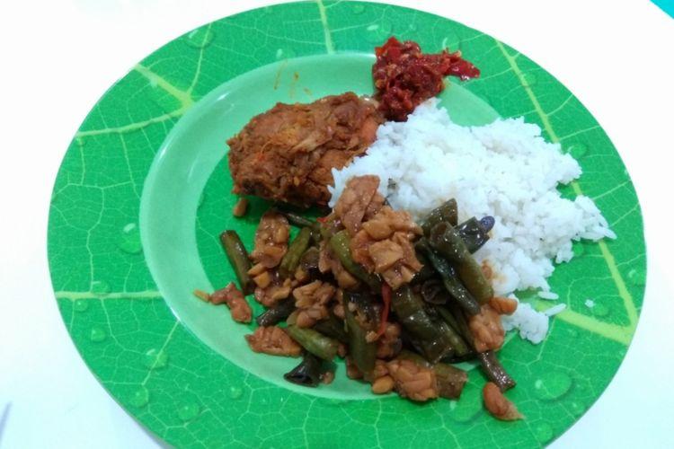 Hidangan yang disajikan saat istirahat dari perjalanan bus double decker PO Putera Mulya, hidangan prasmanan alias boleh ambil sepuasnya kecuali untuk lauk daging.
