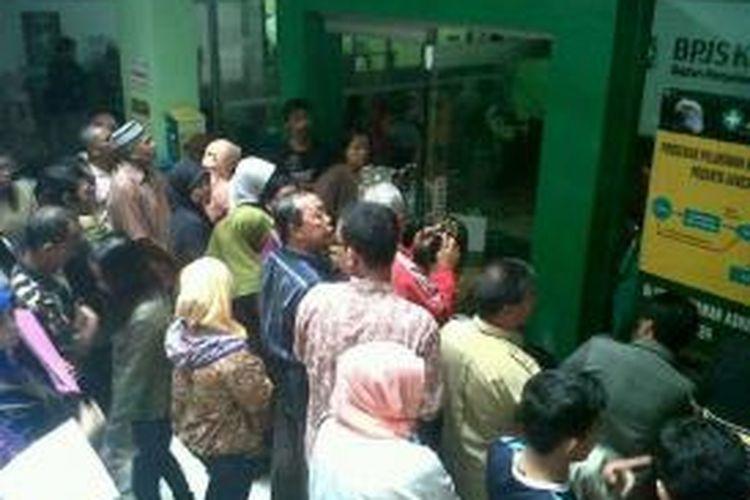 Ratusan warga Bengkulu mengantre dan terlibat adu dorong saat mendaftar BPJS kesehatan di RSUD M. Yunus