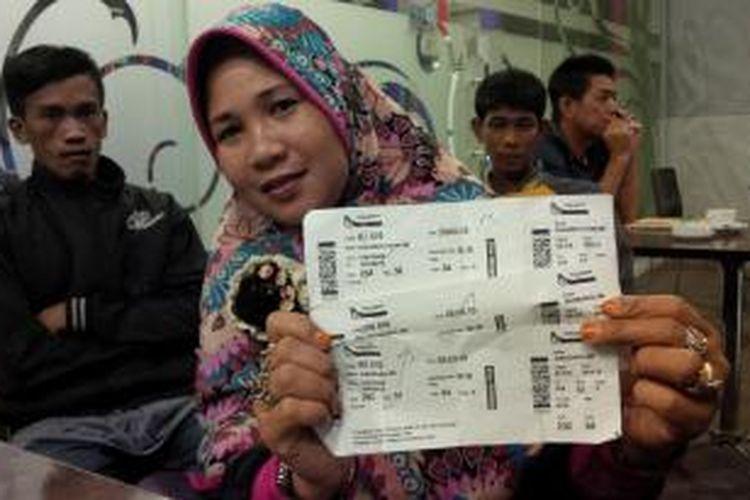 Salah satu penumpang Kalstar yang batal diberangkatkan menunjukkan tiket miliknya di salah satu hotel di Pontianak, Kalimantan Barat (28/7/2015)