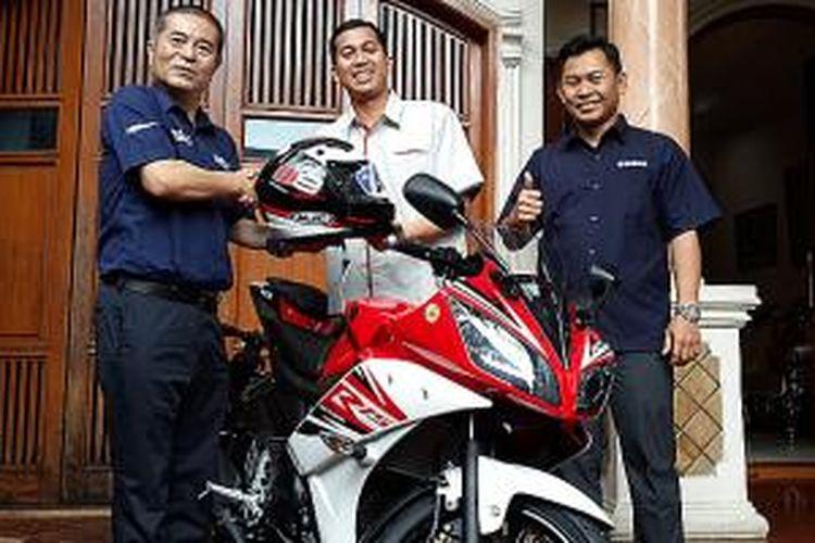 Serah terima R15 oleh Direksi Yamaha kepada konsumen pertama