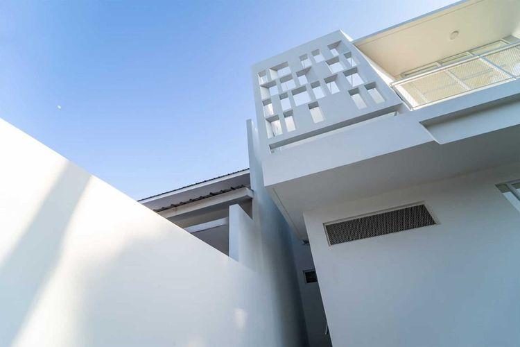 Aksen beton berlubang pada fasad karya KALA Architecture & Visual Design Studio.