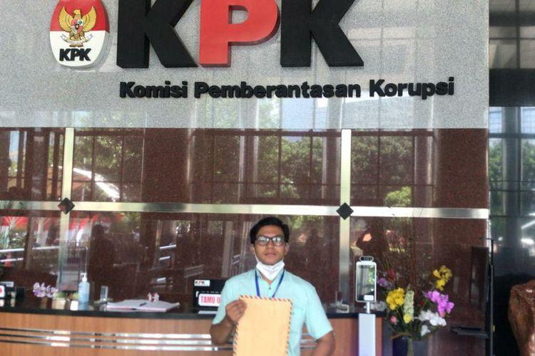 Mahasiswa Unnes Frans Napitu laporkan kasus dugaan korupsi Rektor Unnes ke KPK RI, Jumat (13/11/2020).
