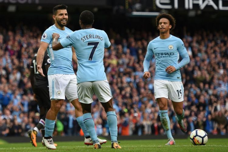 Sergio Aguero dan Leroy Sane merayakan gol Raheem Sterling ke gawang Crystal Palace pada pertandingan pekan keenam Premier League di Stadion Etihad, Sabtu (23/9/2017).