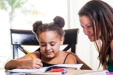 Belajar dari Rumah, Ini 10 Tips Penting saat Membantu Anak Mengerjakan PR
