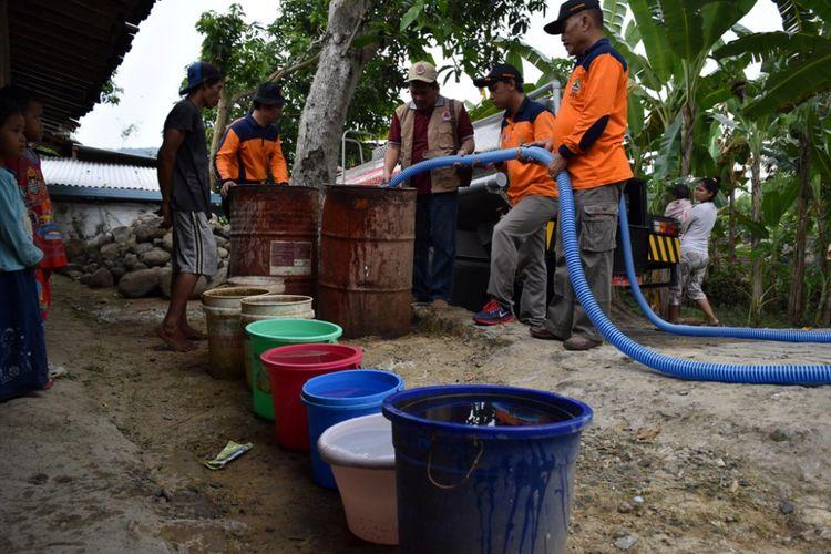 Jumat (14/7/2017) siang, petugas dari BPBD Kabupaten Semarang melakukan dropping air bersih ke desa tersebut. Sebanyak tiga tangki, masing-masing berkapasitas 5 ribu liter disalurkan ke rumah-rumah warga.