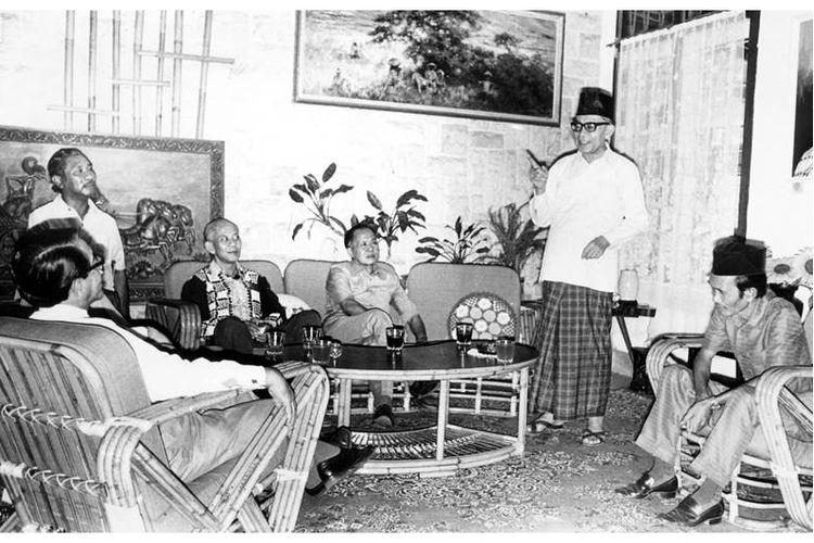 Bung Hatta (berdiri) ketika menjelaskan lagi pendapatnya tentang saat-saat menjelang Proklamasi Kemerdekaan di rumah bekas penculiknya, Singgih (baju batik hitam) Jum'at siang kemarin. Tampak dari kiri kekanan: GPH Djatikusumo, D. Matullesy SH, Singgih, Mayjen (Purn) Sungkono, Bung Hatta, dan bekas tamtama PETA Hamdhani, yang membantu Singgih dalam penculikan Soekarno Hatta ke Rengasdengklok.