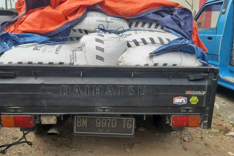Barang bukti pupuk bersubsidi dan mobil yang ditangkap polisi, Selasa (3/11/2020)