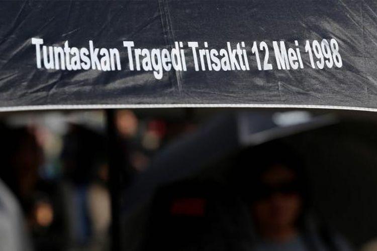 Aktivis HAM dan keluarga korban pelanggaran HAM memperingati 10 Tahun Aksi Kamisan di depan Istana Merdeka, Jakarta, Kamis (19/1/2017). Kamisan sebagai bentuk perlawanan keluarga korban pelanggaran hak asasi manusia dalam melawan lupa telah berlangsung selama 10 tahun sejak aksi pertama di depan Istana Merdeka pada 18 Januari 2007.