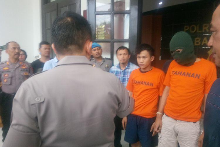 Dua pelaku pembacokan brutal di Bandung ditangkap Polisi. Terlihat keduanya mengenakan baju tahanan berwarna oranye dan tengah diperlihatkan didepan media di Mapolrestabes Bandung, Kamis (16/1/2020).
