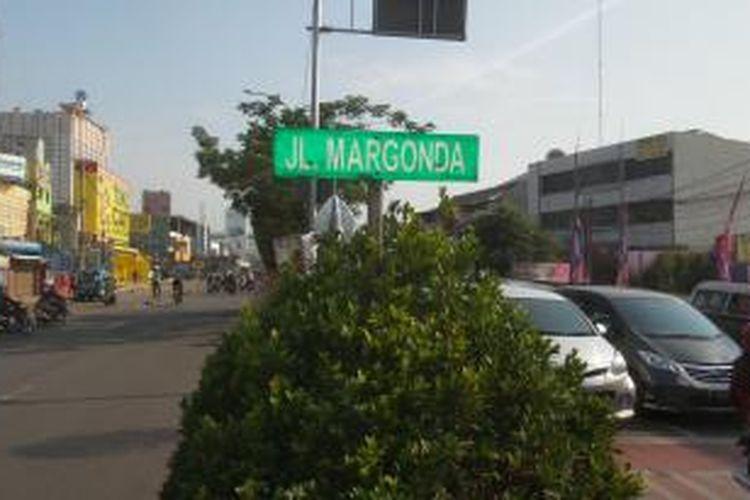 Jalan Margonda Raya yang merupakan salah satu jalan utama di Kota Depok, Senin (9/11/2015). Banyak yang tidak menyangka bahwa nama jalan ini diambil dari nama seorang pahlawan nasional.