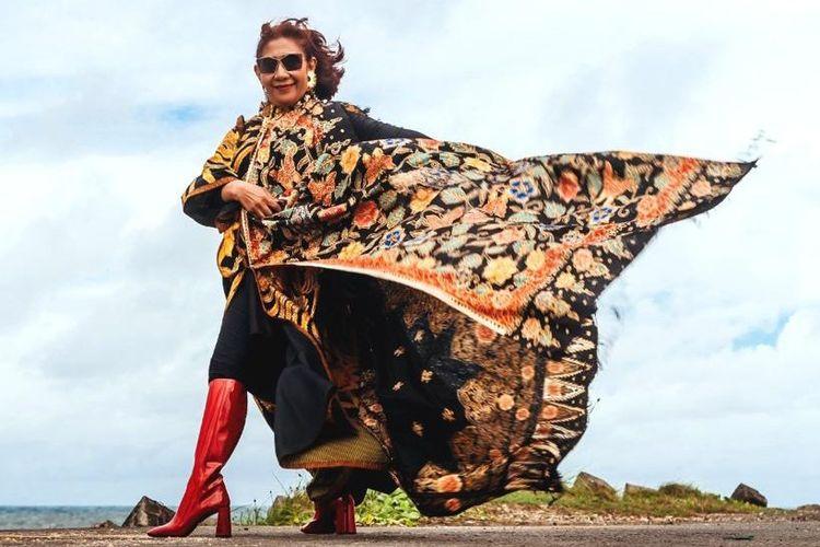 Susi Pudjiastuti mengenakan batik koleksi desainer kondang Anne Avantie. Sesi pemotretan dilakukan untuk meramaikan Hari Batik Nasional.