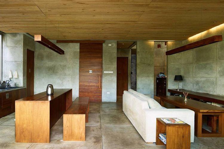 Ruang makan dan ruang keluarga dalam rumah Bare Minimalist karya: RAW Architecture