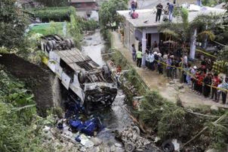 Ilustrasi: Warga yang penasaran melihat bangkai bus Giri Indah yang terjun ke jurang di Cisarua, Bogor, Jawa Barat, Rabu (21/8/2013).