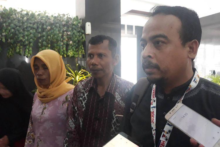 Majelis Hukum dan HAM Muhammadiyah, Gufron, bersama orang tua almarhum Randi dan Yusuf di kantor LPSK, Jakarta Timur, Jumat (13/12/2019).