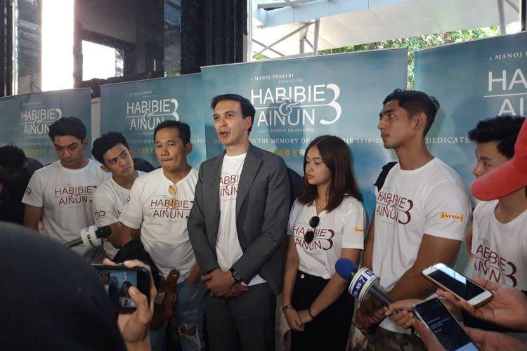 Manoj Punjabi dengan para aktor dan aktris dalam peluncuran official poster film Habibie dan Ainun 3 di Gedung MD Place, Setiabudi, Jakarta pada Kamis (31/10/2019).
