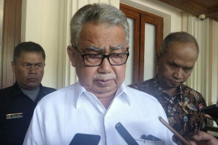Gubernur Aceh Zaini Abdullah saat ditemui seusai pertemuan tertutup di kantor Kemenko Polhukam, Jakarta Pusat, Kamis (15/9/2016).