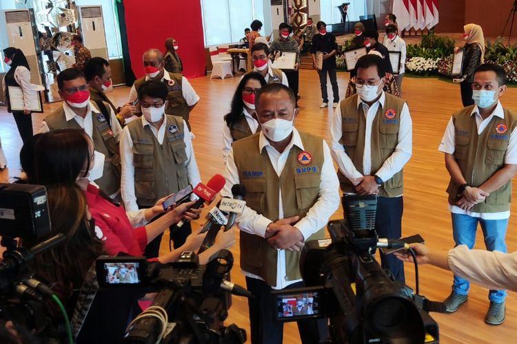 Ketua Satuan Tugas (Satgas) Penanganan Covid-19 dan Badan Nasional Penanggulangan Bencana (BNPB) Ganip Warsito memberikan keterangan persnya kepada para wartawan usai memberikan penghargaan kepada pejuang penanganan Covid-19 di Graha BNPB lantai 15, Jakarta Timur, Selasa (17/08/2021).