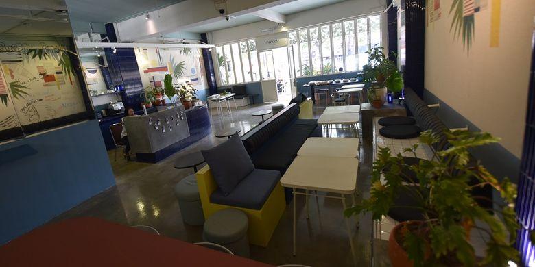 Temmu Co Living di Bandung tidak menyediakan televisi di ruang publiknya. Hal ini sebagai upaya terciptanya interaksi di antara para pelancong.