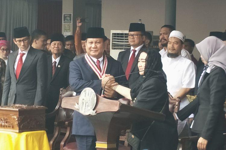 Bakal calon wakil presiden sekaligus Ketua Umum Partai Gerindra Prabowo Subianto dianugerahi penghargaan The Star of Soekarno oleh pendiri Yayasan Pendidikan Soekarno, Rachmawati Soekarnoputri.
