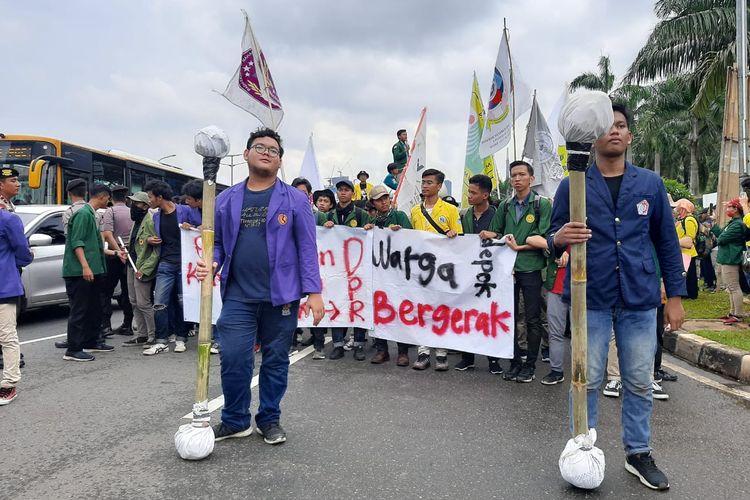 Aksi teatrikal massa mahasiswa yang menolak omnibus law RUU Cipta Kerja di depan gedung DPR/MPR, Senayan, Jakarta, Rabu (4/3/2020).