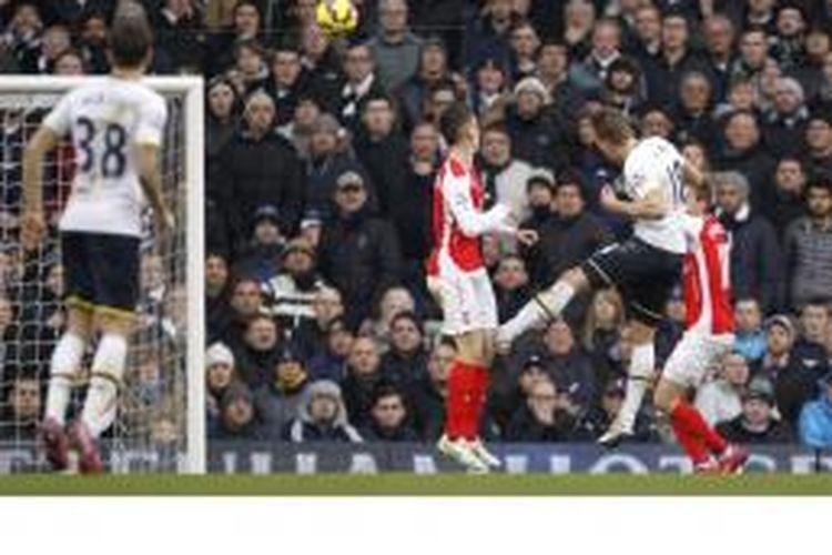 Penyerang Tottenham Hotspur, Harry Kane (2 dari kanan) menyundul bola yang berbuah gol saat melawan Arsenal di White Hart Lane, London, Sabtu (7/2/2015). Tottenham menang 2-1.