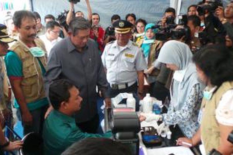 Presiden Susilo Bambang Yudhoyono saat meninjau pos tes kesehatan supir di Terminal Kampung Rambutan