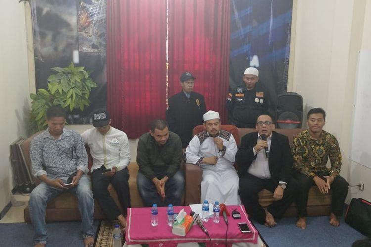 Konferensi pers PA 212 di Kantor Sekretariat PA 212, Jalan Raya Condet, Kramat Jati, Jakarta Timur, Rabu (9/10/2019), soal kasus penganiayaan Ninoy Karundeng.