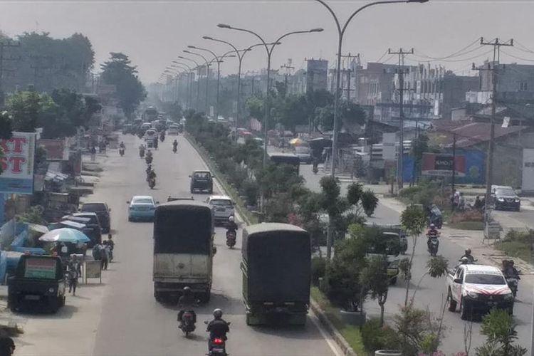 Kabut asap cukup pekat terlihat di ruas Jalan HR Soebrantas, Kecamatan Tampan, Kota Pekanbaru, Riau, Rabu (31/7/2019).