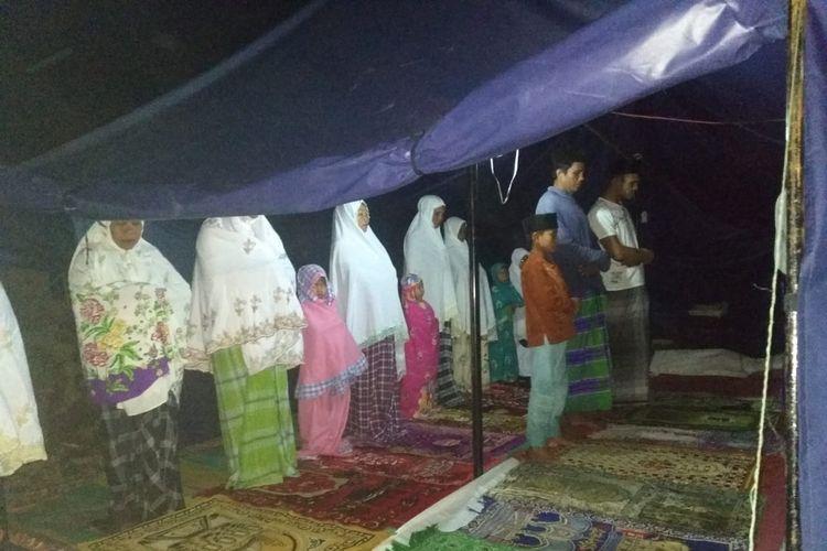 Suasana sholat tarawih di tenda darurat, warga dusun Kebon Daye, desa Pesanggrahan, Lombok Timur Senin (13/5/2019)