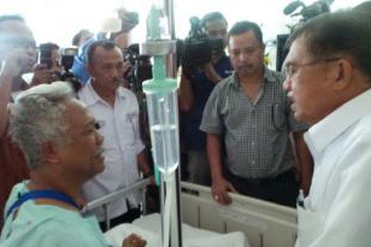 Jusuf Kalla saat menjenguk Julius Fellicianus di Rumah Sakit Panti Rapih, Yogyakarta, Senin (2/6/2014).