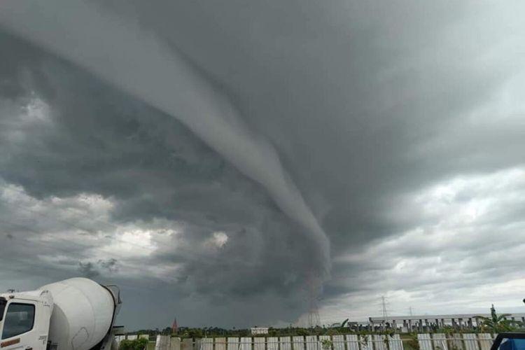 Fenomena awan Arcus tampak di langit Bandar Udara Yogyakarta International Airport (YIA) di Kulon Progo, Daerah Istimewa Yogyakarta.