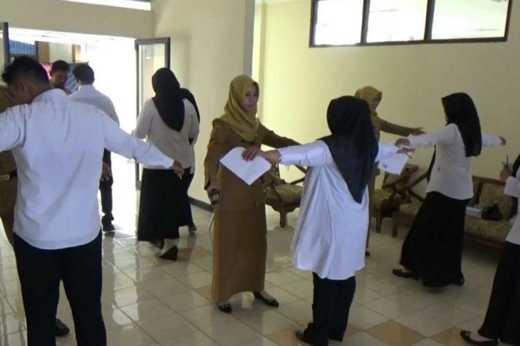 Tim Panselda CPNS Kabupaten Madiun melakukan pemeriksaan terhadap peserta tes yang akan masuk ke ruang ujian.