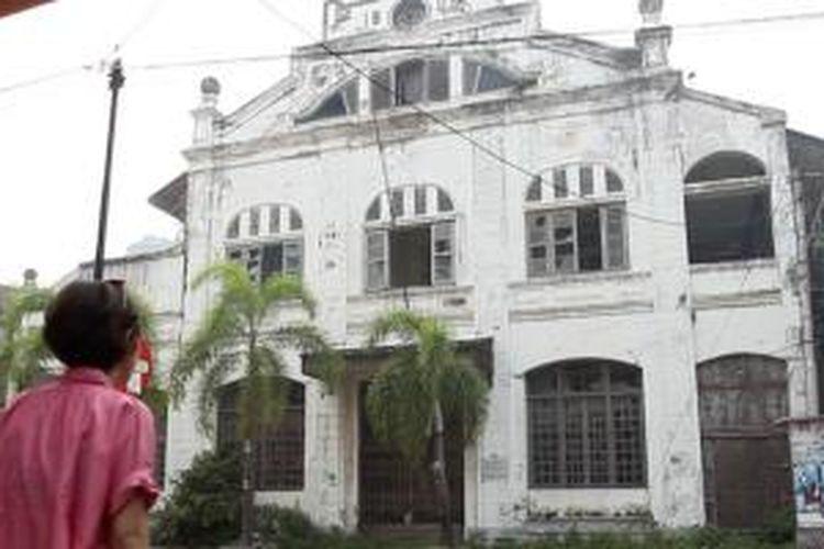 Gedung Tua bekas Bank Sumatera Barat sebelumnya Padangsche Spaarbank terbelengkalai dimakan zaman.