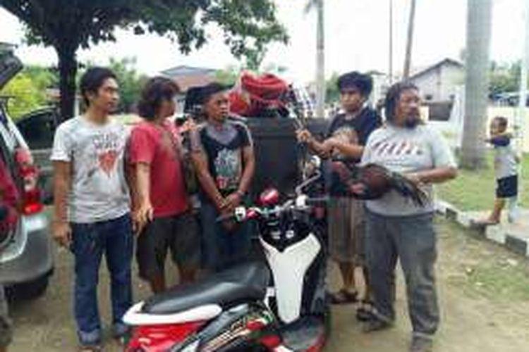 Sejumlah polisi berpakaian preman di Jeneponto, Sulawesi Selatan berhasil membekuk seorang pria berkaos polisi dalam penggerebekan judi sabung ayam. Senin, (04/04/2016).