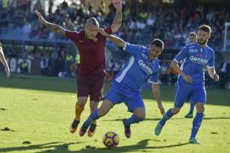 Gelandang AS Roma, Radja Nainggolan (kiri), tampil dalam laga Serie A kontra Empoli di Stadion Carlo Castellani, Minggu (30/10/2016).