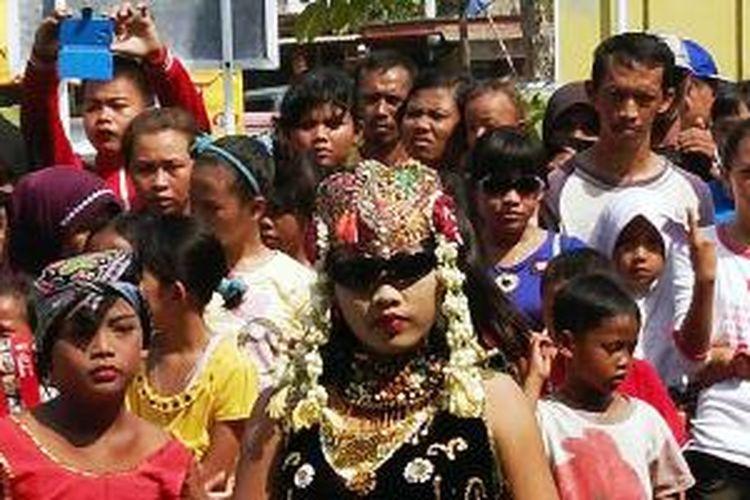 Seorang penari membawakan tari sintren di halaman Kantor Pelabuhan Perikanan Nusantara Pekalongan, Jawa Tengah, Minggu (12/10/2014). Acara itu bagian dari rangkaian kegiatan Gelar Tradisi Masyarakat Pesisir yang bertujuan untuk melestarikan budaya dan kearifan daerah pesisir.