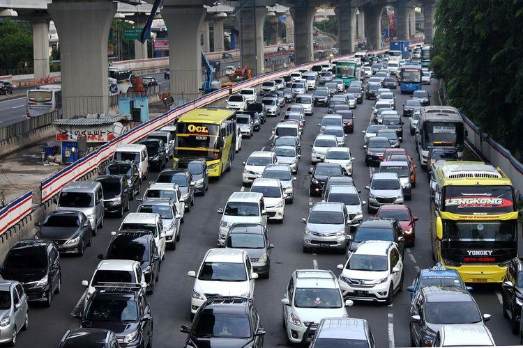 Pengendara kendaraan bermotor memadati ruas jalan Tol Jakarta-Cikampek arah Jakarta KM 12 di Bekasi, Jawa Barat, Selasa (1/1/2019). Jasa Marga memprediksi arus balik libur Natal dan Tahun Baru 2019 terjadi pada Selasa (1/1) dengan peningkatan volume lalu lintas yang melintasi ruas Tol Jakarta-Cikampek arah Jakarta mencapai 95.000 kendaraan atau meningkat 76 persen dari lalu lintas normal yakni 53.849 kendaraan. ANTARA FOTO/Risky Andrianto/wsj.