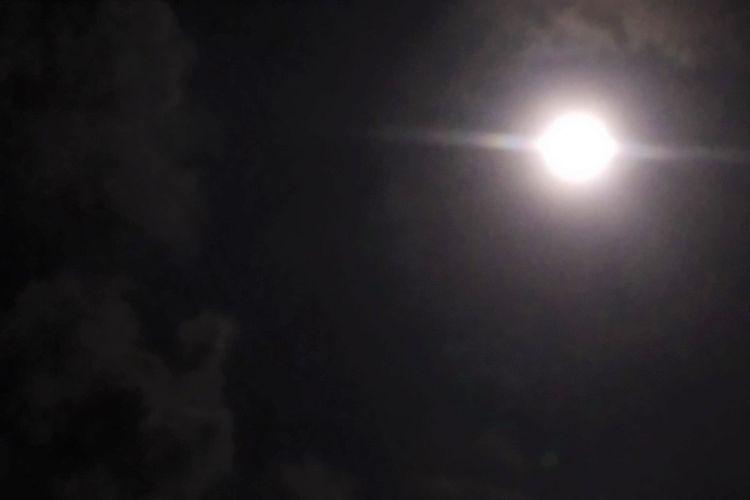 Penampakan Pink Moon di langit Wonogiri, Jawa Tengah, Rabu (28/4/2021) pukul 02.57 WIB.